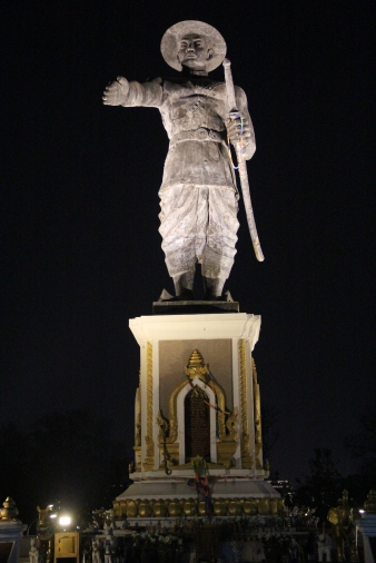 Statue of Chao Anouvong, extending his arm towards the Thai border.